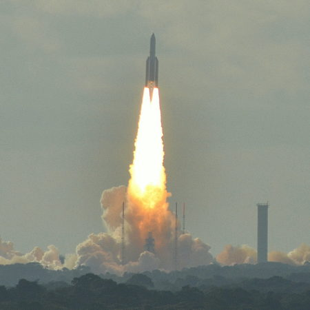 Ariane_5_lifting_off_from_the_Guiana_Space_Centre_in_Kourou,_French_Guiana