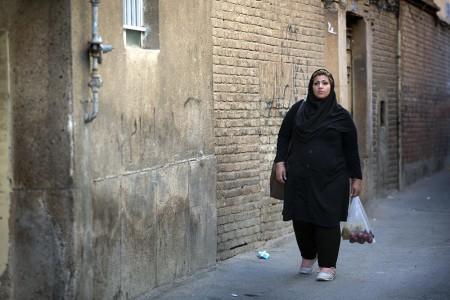 Behnoush fait des courses dans son quartier Darvazeh Ghar situÇ au sud de TÇhÇran dans le film Seconde chance de Zohreh Soleimani ∏ ALEGRIA PRODUCTIONS