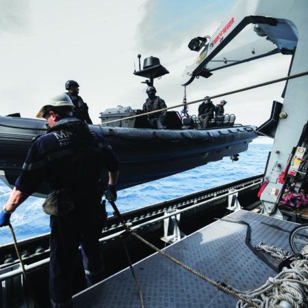 Mise à l'eau de l'Ecume sur la FREMM Provence en mer méditerranée. Ici, le bosco guide l'embarcation des commandos Marine.  La FREMM Provence quitte Brest le jeudi 18 février 2017. Elle appareille avec l'hélicoptère Caïman Marine pour une mission en mer méditerranée.